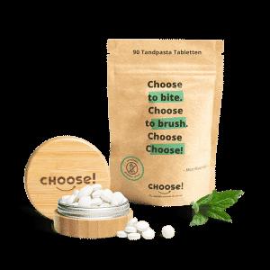 Bambusglas mit Tabletten und Minze